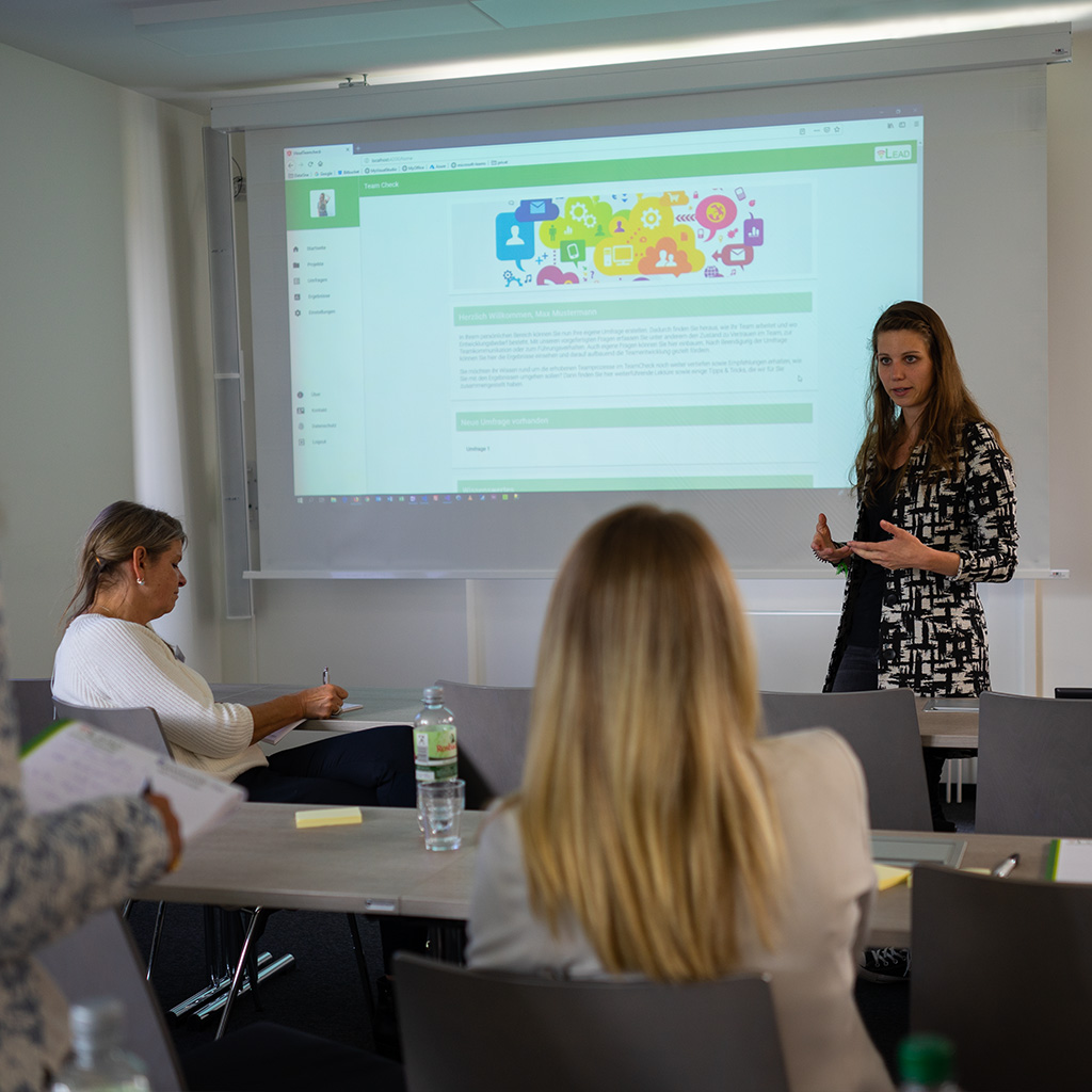 Rebecca Müller präsentiert auf dem zweiten Dialogforum das vLead-Tool TeamCheck