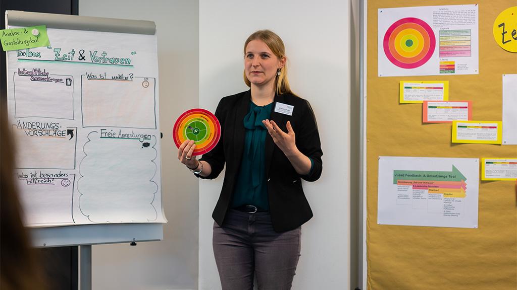 Rebekka Mander präsentiert auf dem zweiten Dialogforum das vLead Analyse- und Gestaltungstool