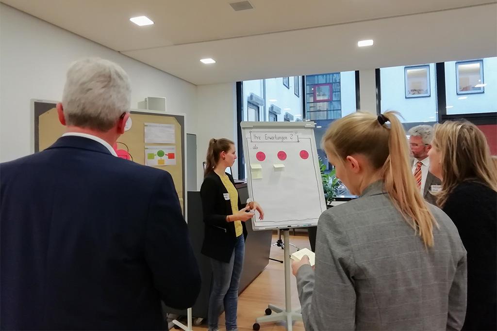Rebecca Müller präsentiert das Prozessmonitoring auf dem ersten vLead Dialogforum