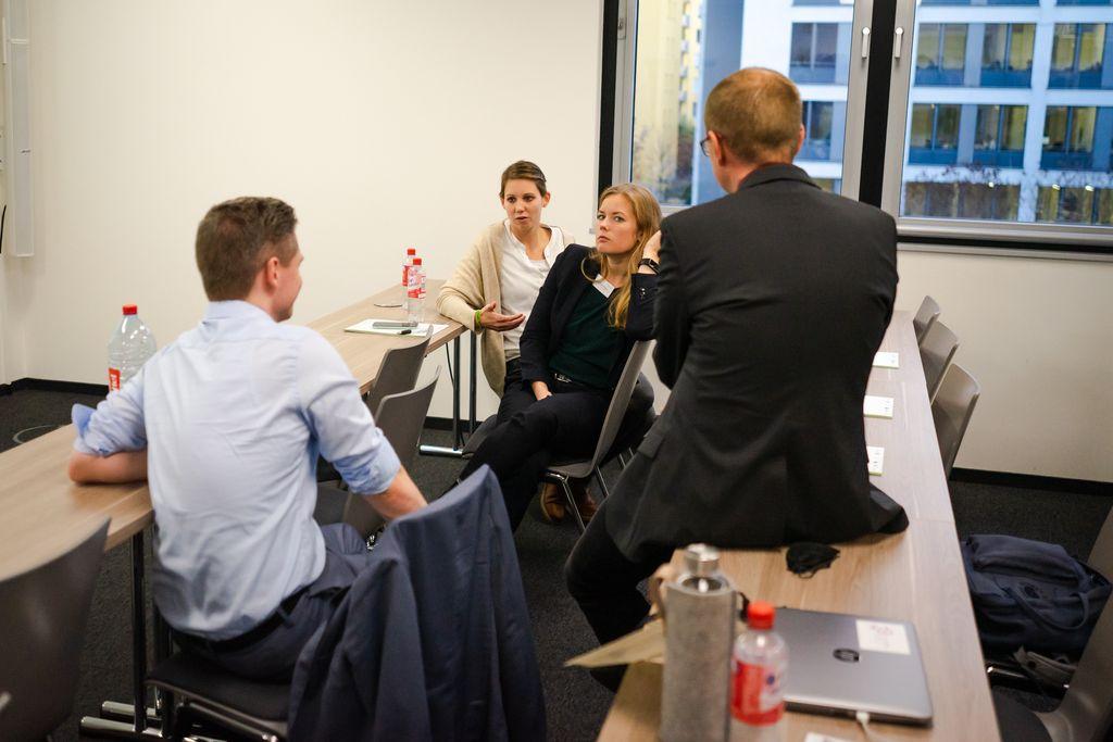 Rebecca Müller und Anna Röltgen in der Diskussion mit Teilnehmern des dritten vLead Dialogforums