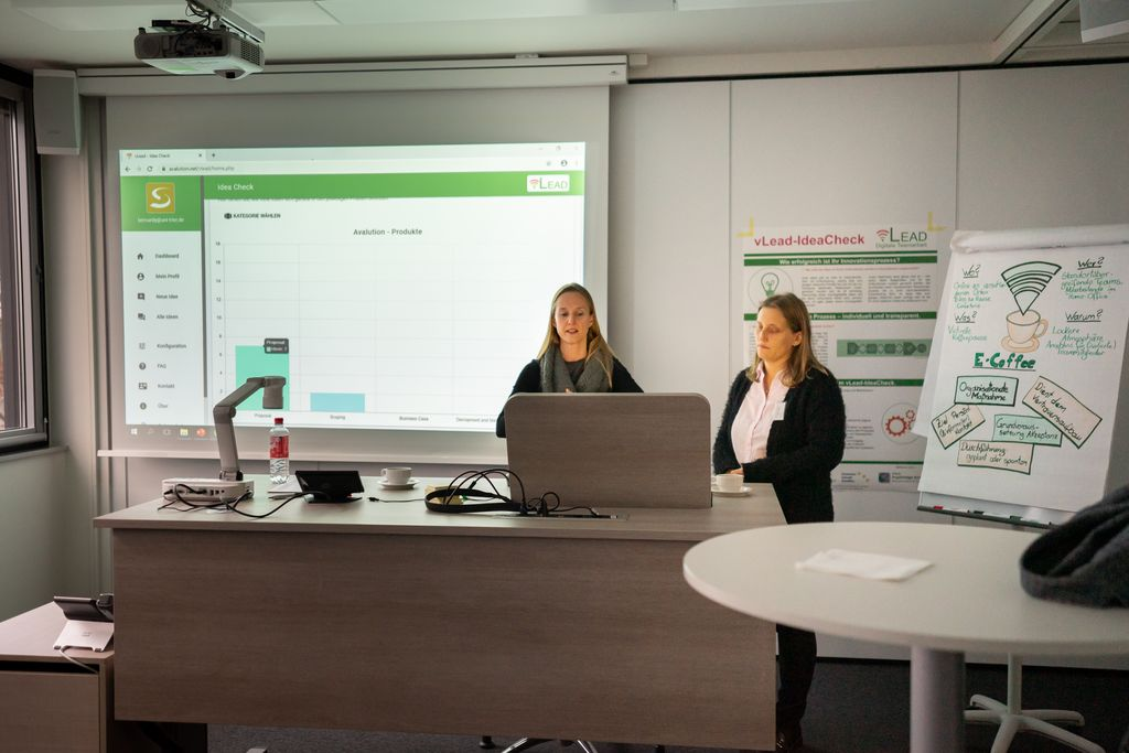Valeria Bernardy (Uni Trier) und Ulrika Grün (Human Solutions) präsentieren den vLead IdeaCheck auf dem dritten vLead Dialogforum