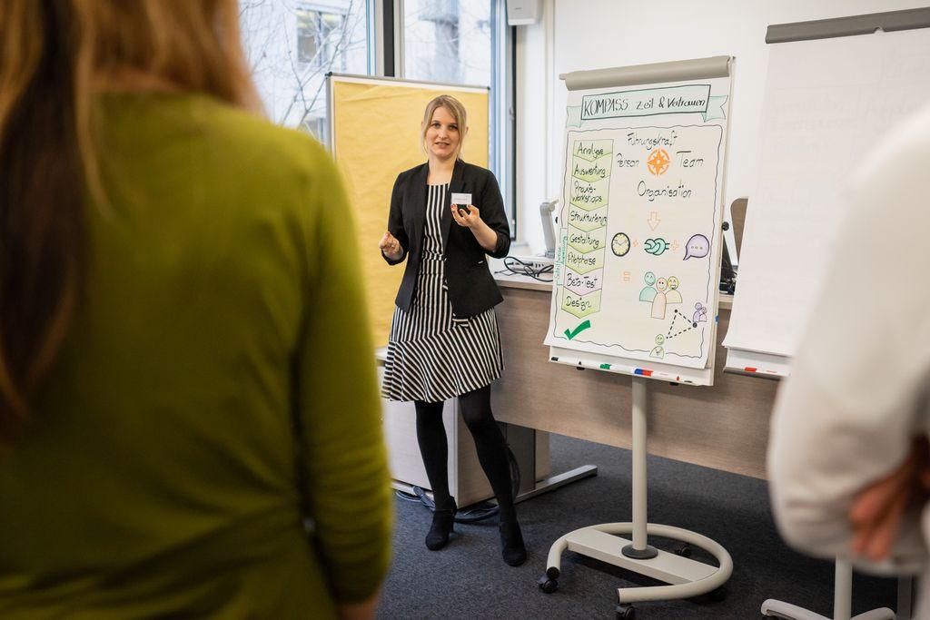 Rebekka Mander präsentiert den vLead Kompass Zeit und Vertrauen auf dem dritten vLead Dialogforum
