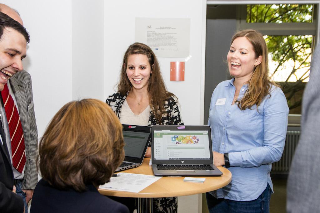 Rebecca Müller und Anna Röltgen präsentieren den vLead Zwischenstand im Digital Hub Trier.